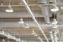 Tak i fastighet med lampor och ventilationsrör