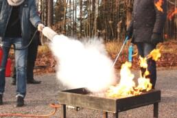 Brandövning med personal på ett företag